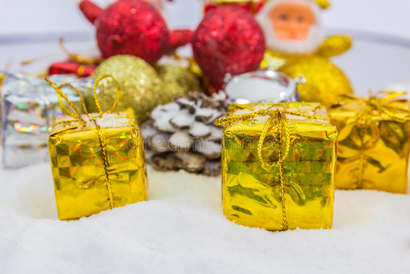 Download Υπόβαθρο Χριστουγέννων με ένα χρυσό κιβώτιο δώρων στο χιόνι Στοκ Εικόνα - εικόνα από κορδέλλα, απομονωμένος: 62700123