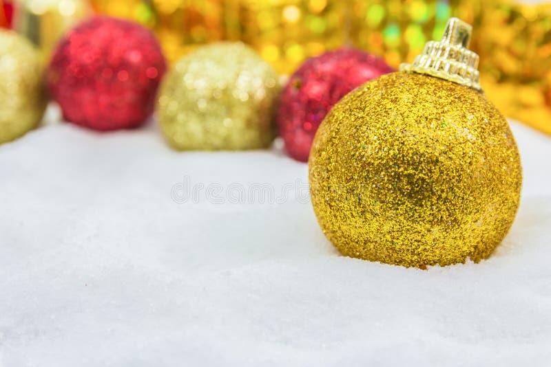 Download Υπόβαθρο Χριστουγέννων με ένα χρυσό κιβώτιο δώρων στο χιόνι Στοκ Εικόνα - εικόνα από μπιχλιμπιδιών, εποχή: 62700319