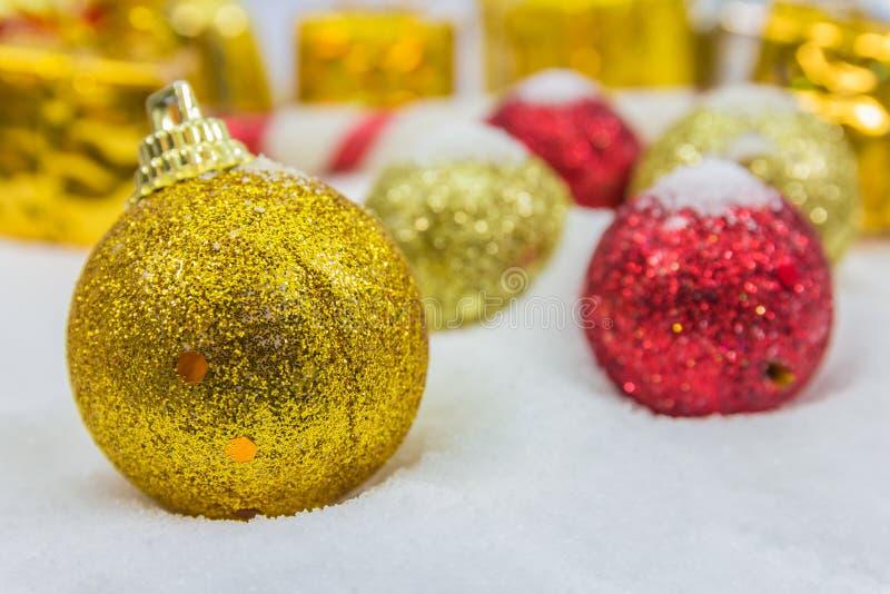 Download Υπόβαθρο Χριστουγέννων με ένα χρυσό κιβώτιο δώρων στο χιόνι Στοκ Εικόνες - εικόνα από εποχή, εύθυμος: 62700450
