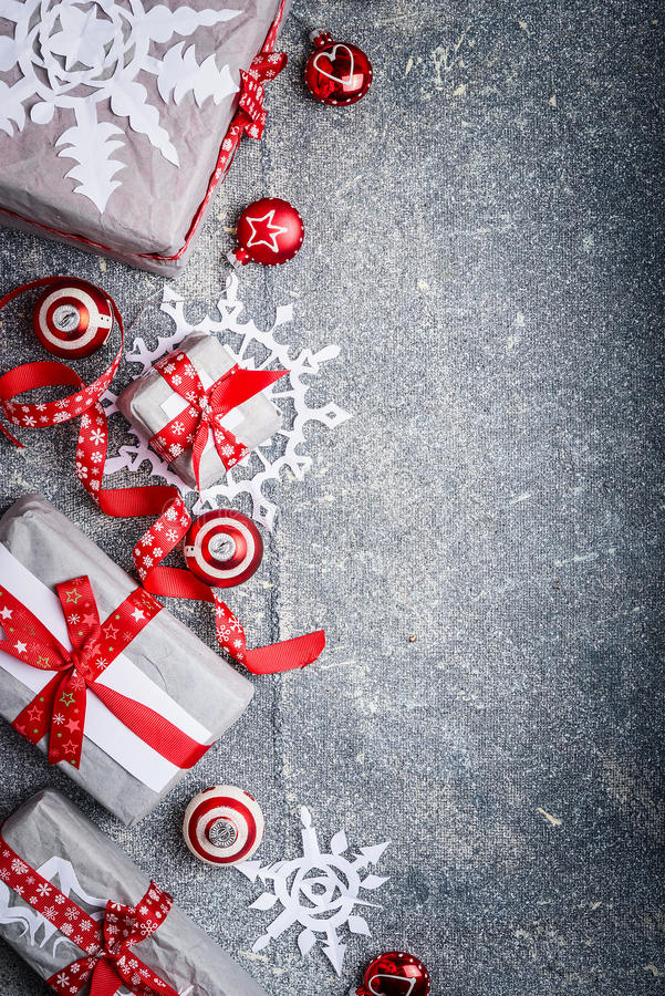 Υπόβαθρο Χριστουγέννων με κομμένα snowflakes εγγράφου, τα κιβώτια δώρων και τις διακοσμήσεις, τοπ άποψη στοκ εικόνα