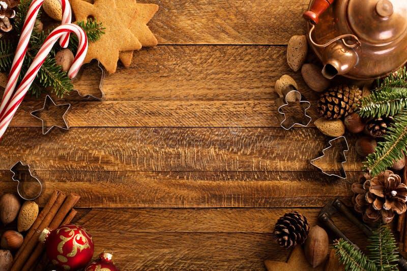 Υπόβαθρο Χριστουγέννων με τα καρύδια, τις διακοσμήσεις και τον κάλαμο καραμελών στοκ εικόνα