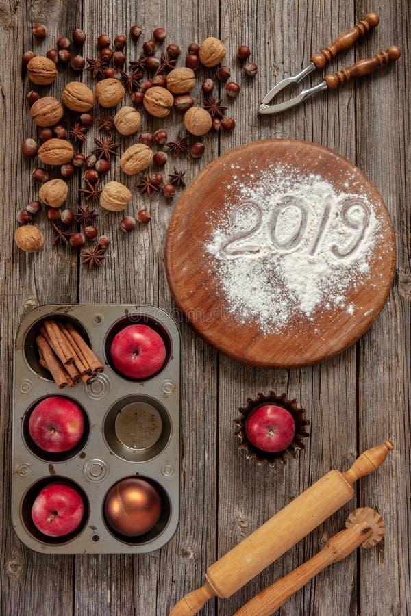 Υπόβαθρο Χριστουγέννων με τα κόκκινα μήλα, ξύλα καρυδιάς, φουντούκι, nutcra στοκ φωτογραφία με δικαίωμα ελεύθερης χρήσης