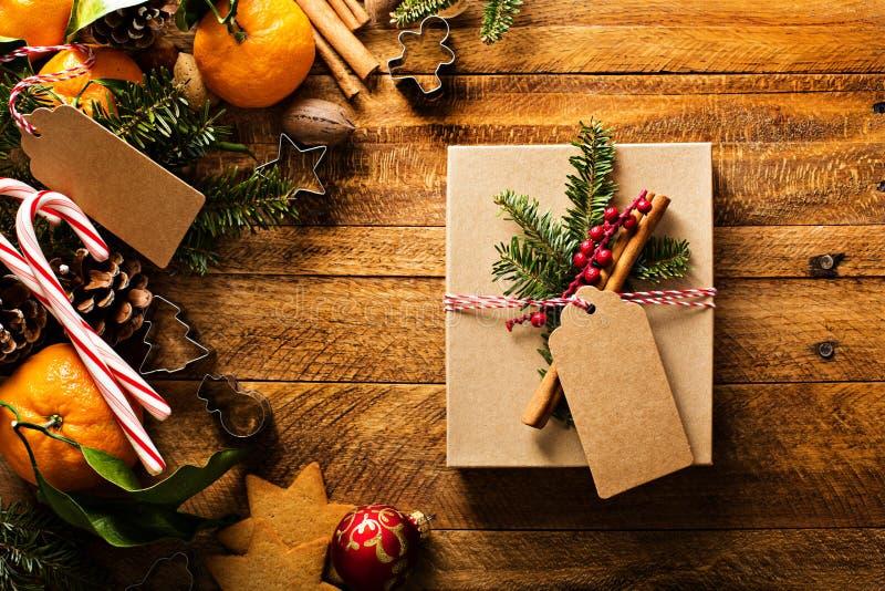 Υπόβαθρο Χριστουγέννων με τα πορτοκάλια, τους καλάμους καραμελών και τις διακοσμήσεις στοκ φωτογραφία με δικαίωμα ελεύθερης χρήσης
