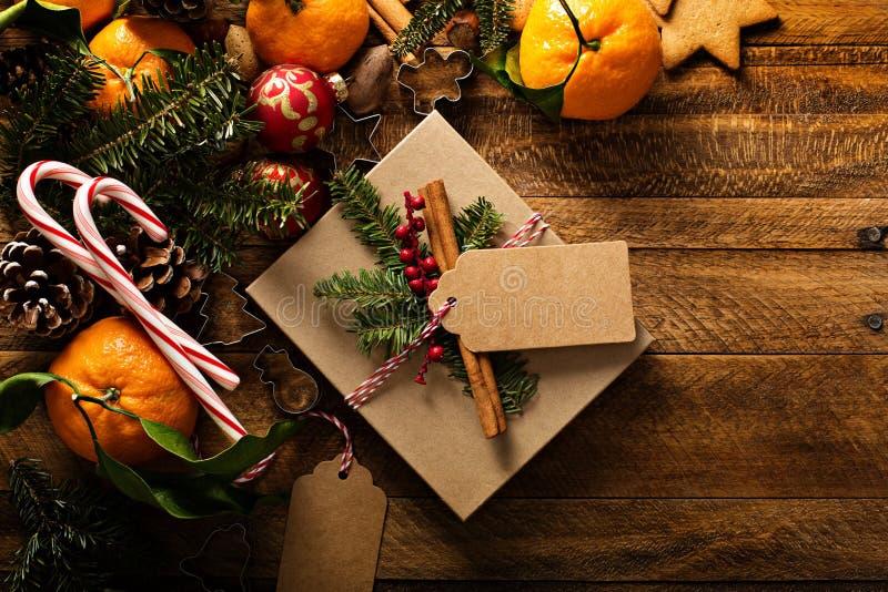 Υπόβαθρο Χριστουγέννων με τα πορτοκάλια, τους καλάμους καραμελών και τις διακοσμήσεις στοκ φωτογραφία