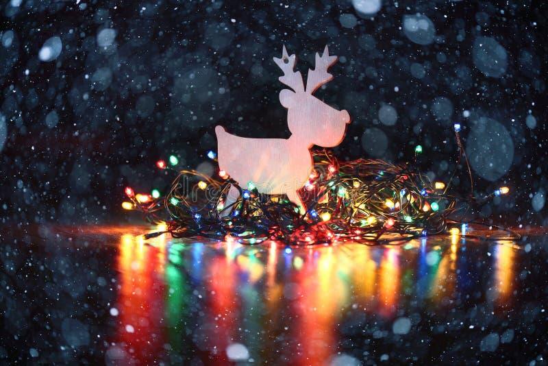 Υπόβαθρο Χριστουγέννων με τα φω'τα γιρλαντών στοκ εικόνα