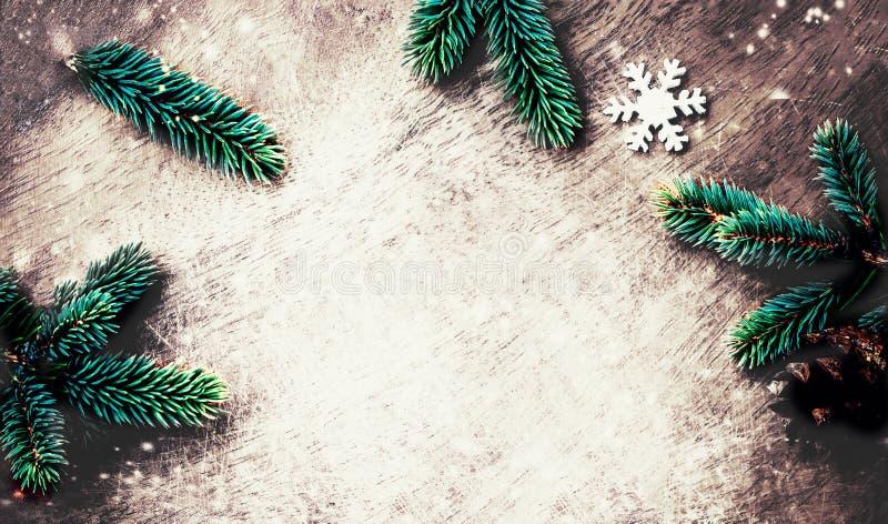 Υπόβαθρο Χριστουγέννων με τη διακόσμηση στο σκοτεινό ξύλινο πίνακα επίπεδος στοκ εικόνες
