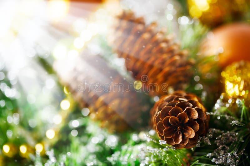 Υπόβαθρο Χριστουγέννων με τη φωτεινή διακόσμηση στοκ φωτογραφία
