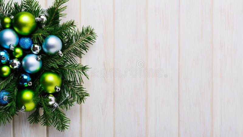 Υπόβαθρο Χριστουγέννων με τις πράσινες και μπλε διακοσμήσεις στοκ φωτογραφίες με δικαίωμα ελεύθερης χρήσης
