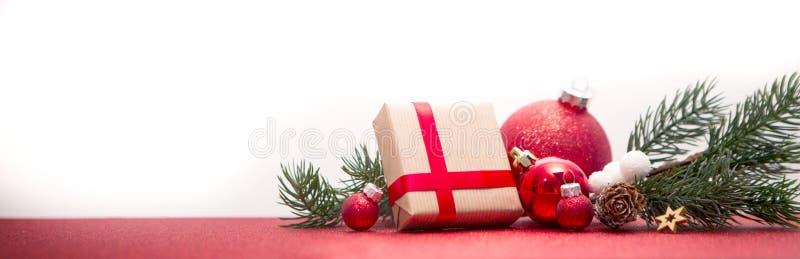 Υπόβαθρο Χριστουγέννων με τις σφαίρες, τα δώρα και τη διακόσμηση Χριστουγέννων στοκ εικόνα με δικαίωμα ελεύθερης χρήσης