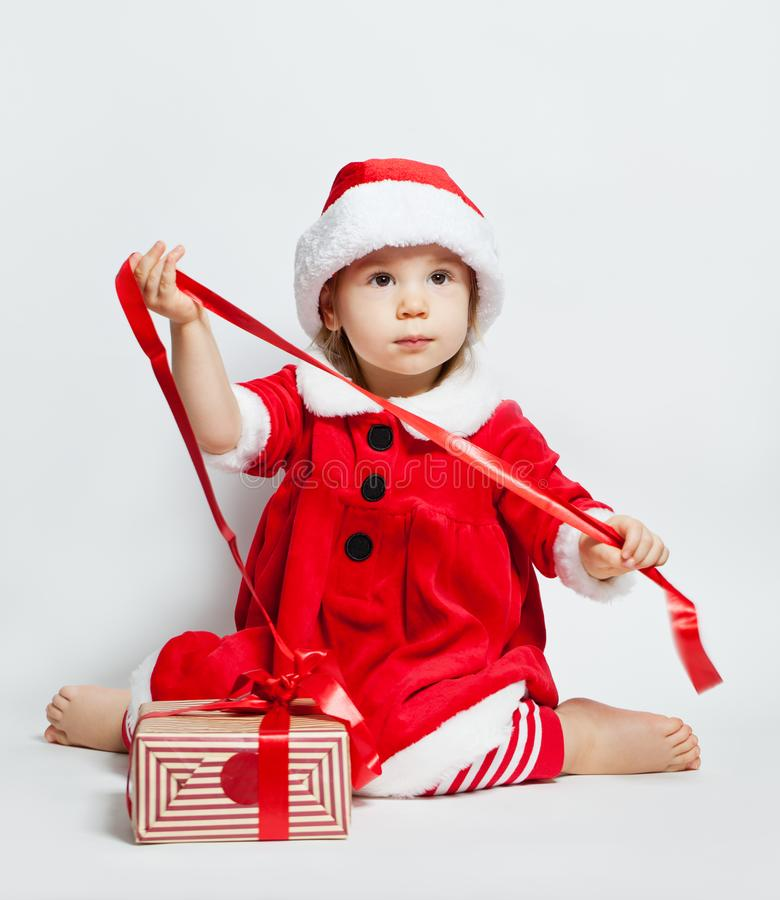 Υπόβαθρο Χριστουγέννων με τον πράσινο κλαδίσκο χριστουγεννιάτικων δέντρων και τη νέα διακόσμηση έτους στοκ εικόνες με δικαίωμα ελεύθερης χρήσης