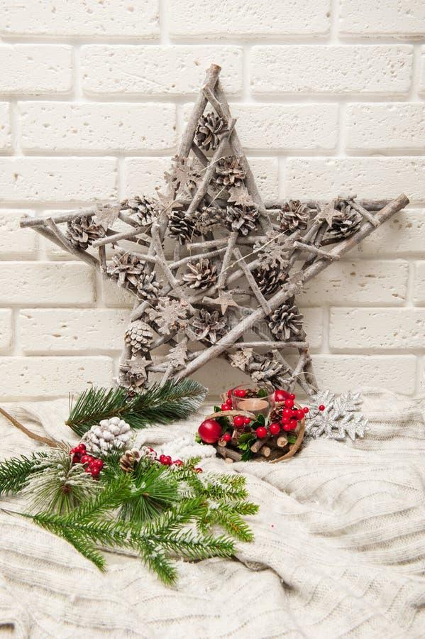 Υπόβαθρο Χριστουγέννων με το τεχνητούς χιόνι, το αστέρι, και τους κλάδους χριστουγεννιάτικων δέντρων στοκ εικόνα
