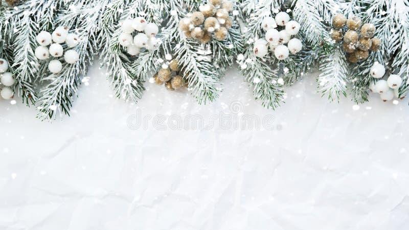 Υπόβαθρο Χριστουγέννων με το χριστουγεννιάτικο δέντρο στο άσπρο ζαρωμένο υπόβαθρο Ευχετήρια κάρτα Χαρούμενα Χριστούγεννας, πλαίσι στοκ εικόνα