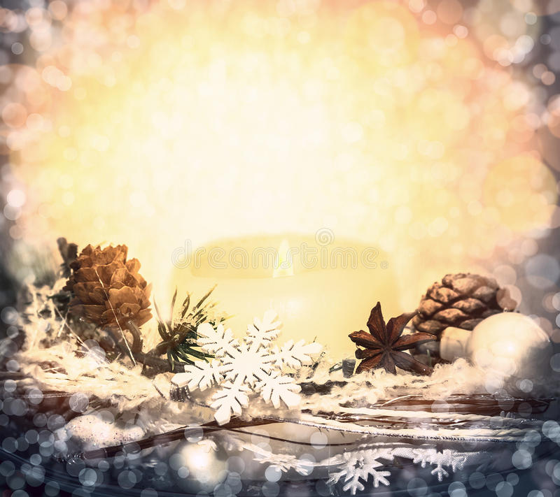 Υπόβαθρο Χριστουγέννων με το bokeh, τα κεριά, τις διακοσμήσεις και snowflakes στοκ φωτογραφία με δικαίωμα ελεύθερης χρήσης