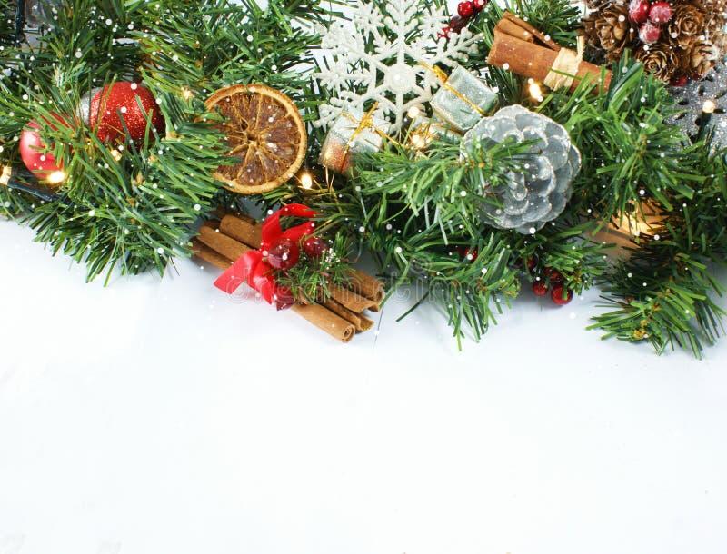 Υπόβαθρο Χριστουγέννων με το cinammon, το στεφάνι, τα δώρα και τη διακόσμηση στοκ φωτογραφία με δικαίωμα ελεύθερης χρήσης