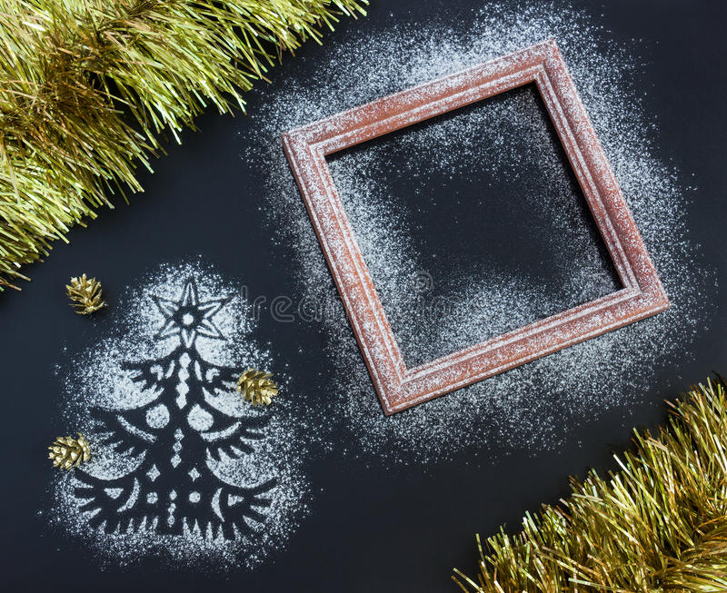 Υπόβαθρο Χριστουγέννων - σκιαγραφία του δέντρου έλατου, πλαίσιο, tinsel, ομο στοκ φωτογραφίες