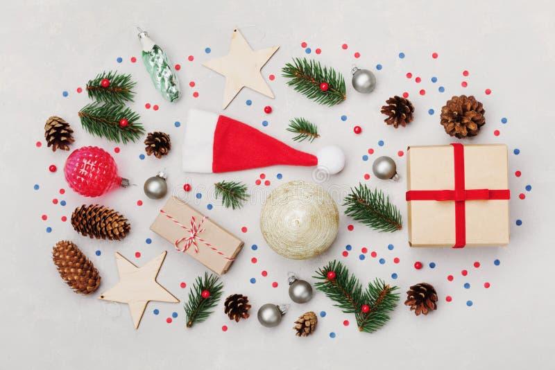 Υπόβαθρο Χριστουγέννων του κιβωτίου δώρων, του δέντρου έλατου, του κώνου κωνοφόρων και των διακοσμήσεων διακοπών στην άσπρη άποψη στοκ φωτογραφίες με δικαίωμα ελεύθερης χρήσης