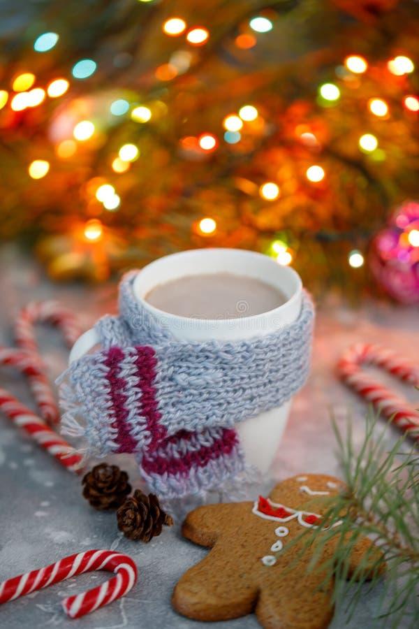 Υπόβαθρο Χριστουγέννων χειμερινών καυτό ποτών Εγχώρια μπισκότα φλυτζανιών κακάου διακοπών σε έναν πίνακα Έννοια ποτών Χριστουγένν στοκ φωτογραφία