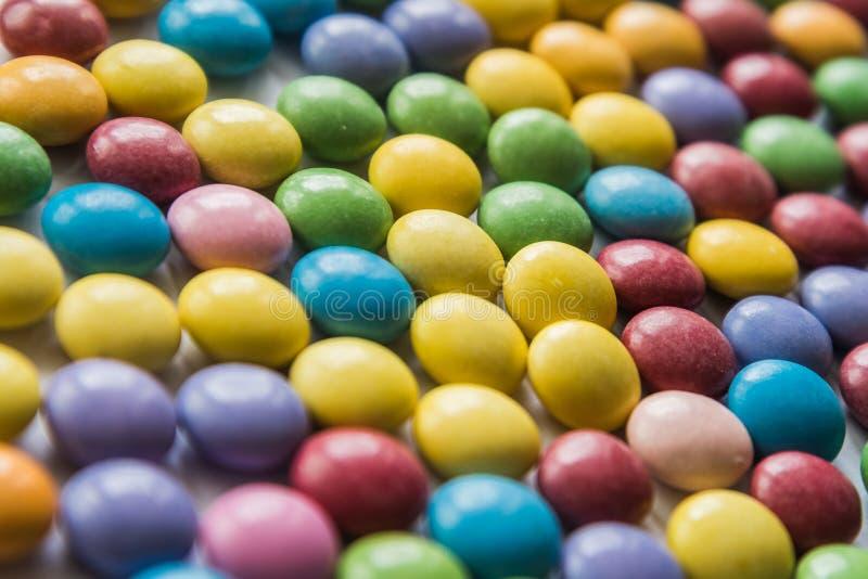 Υπόβαθρο χρωματισμένα γλυκά dragees Ρηχό DOF Εκλεκτική εστίαση στοκ φωτογραφία με δικαίωμα ελεύθερης χρήσης