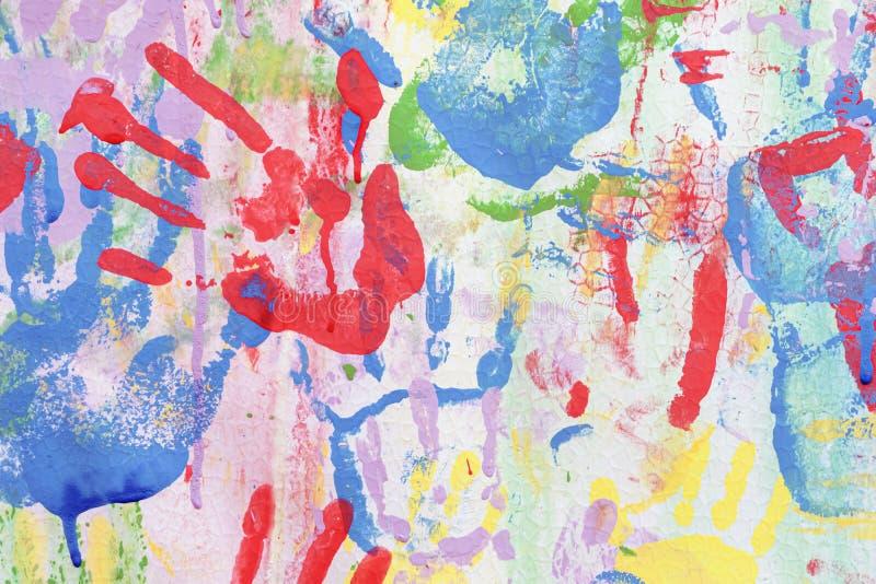 Υπόβαθρο χρώματος των παιδιών handprints colored hand prints στοκ φωτογραφίες