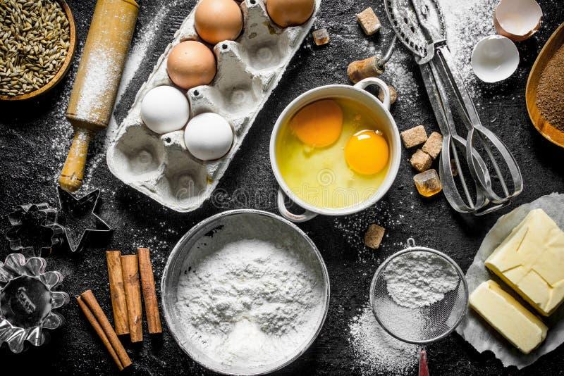 Υπόβαθρο ψησίματος Αλεύρι με τα αυγά, το βούτυρο και την κανέλα στοκ φωτογραφία με δικαίωμα ελεύθερης χρήσης