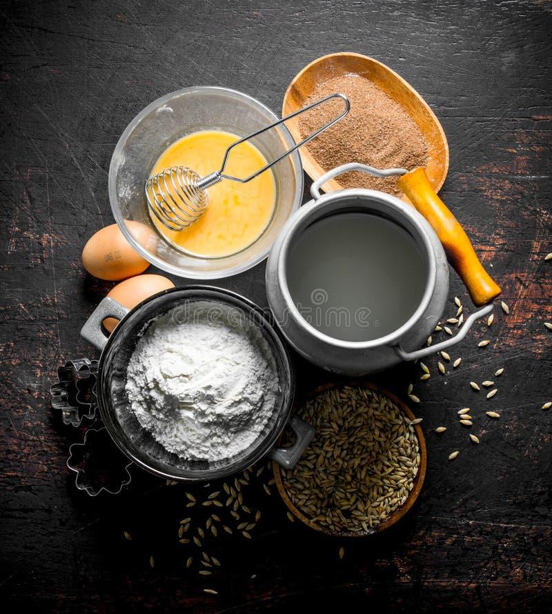 Υπόβαθρο ψησίματος Αλεύρι με το γάλα, το κακάο και το σιτάρι στοκ φωτογραφίες με δικαίωμα ελεύθερης χρήσης