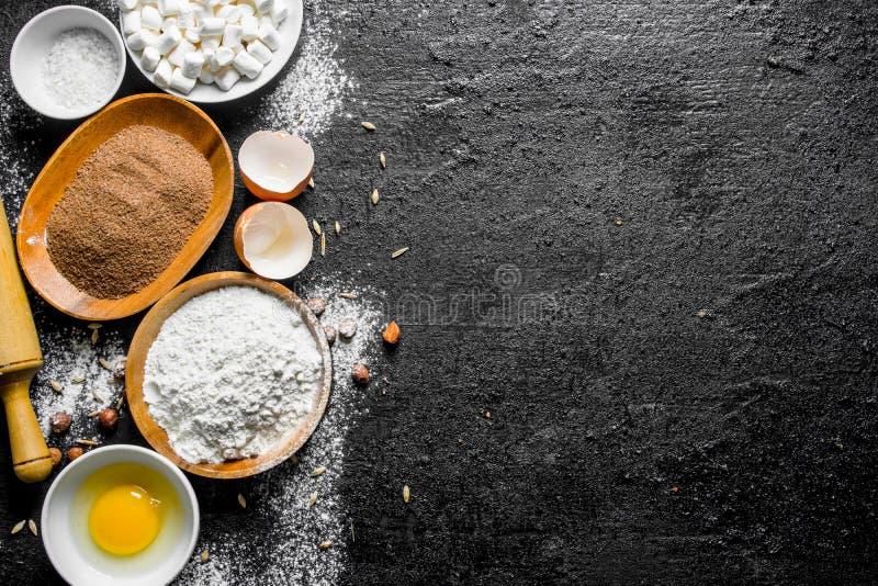 Υπόβαθρο ψησίματος Αλεύρι με το κακάο και το αυγό στοκ φωτογραφίες