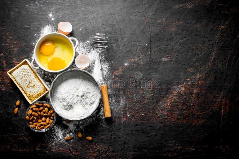 Υπόβαθρο ψησίματος Αλεύρι με το μέλι, τα καρύδια και τα αυγά στοκ εικόνες