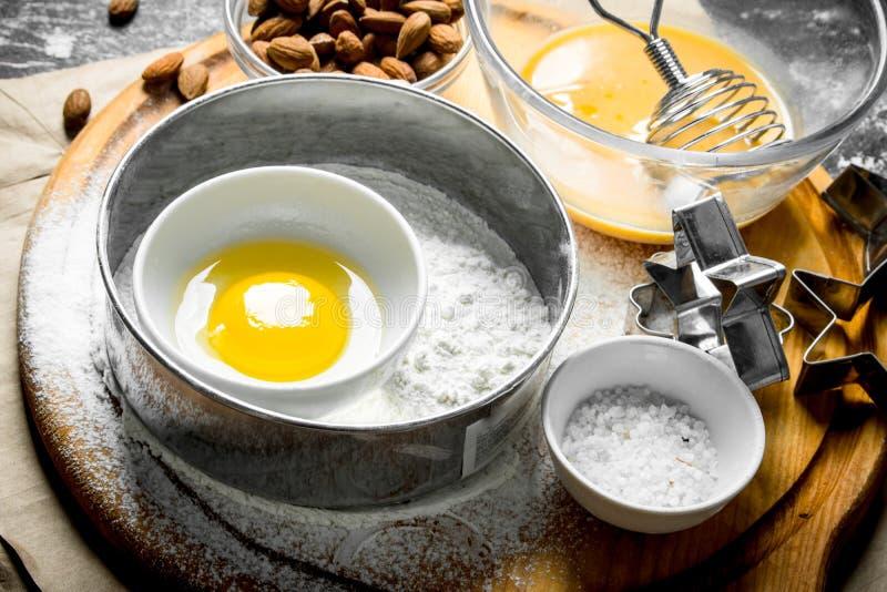 Υπόβαθρο ψησίματος Διάφορα συστατικά για την κατασκευή των μπισκότων στοκ φωτογραφία με δικαίωμα ελεύθερης χρήσης