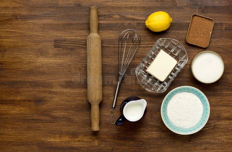 Υπόβαθρο ψησίματος με eggshell και την κυλώντας καρφίτσα στοκ φωτογραφίες με δικαίωμα ελεύθερης χρήσης