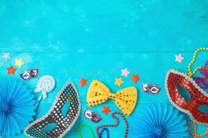 Υπόβαθρο gras καρναβαλιού ή mardi με τις μάσκες καρναβαλιού, τις γενειάδες και τα στηρίγματα θαλάμων φωτογραφιών στοκ φωτογραφίες με δικαίωμα ελεύθερης χρήσης