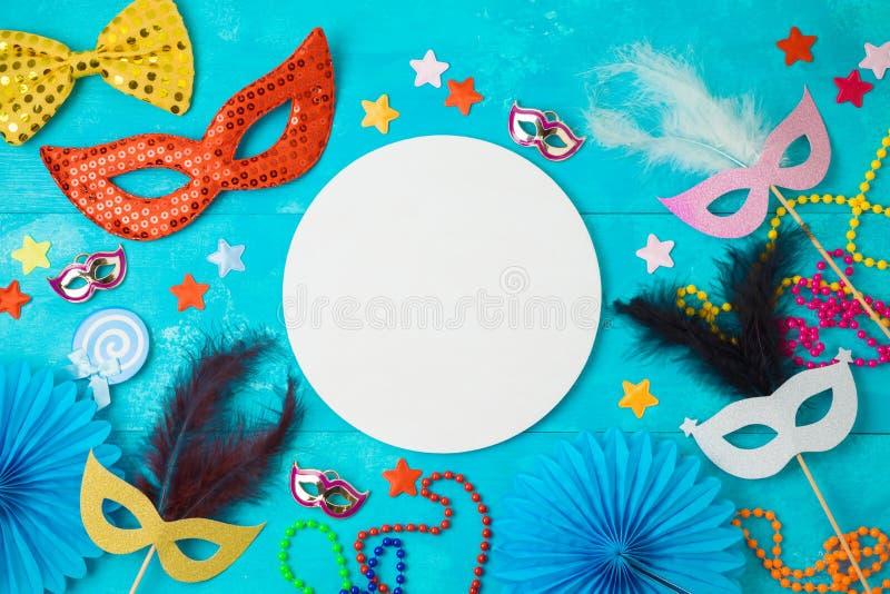 Υπόβαθρο gras καρναβαλιού ή mardi με τις μάσκες καρναβαλιού, τις γενειάδες και τα στηρίγματα θαλάμων φωτογραφιών στοκ φωτογραφίες