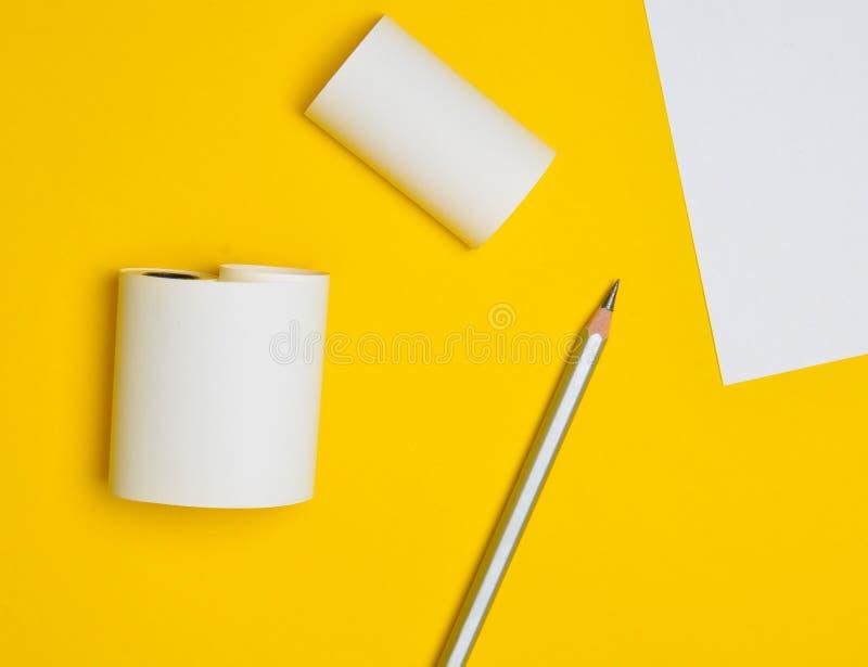 Υπόβαθρο Minimalistic για το διαστημικό, άσπρο φύλλο αντιγράφων του εγγράφου Μολύβι σε ένα κίτρινο υπόβαθρο στοκ φωτογραφίες με δικαίωμα ελεύθερης χρήσης