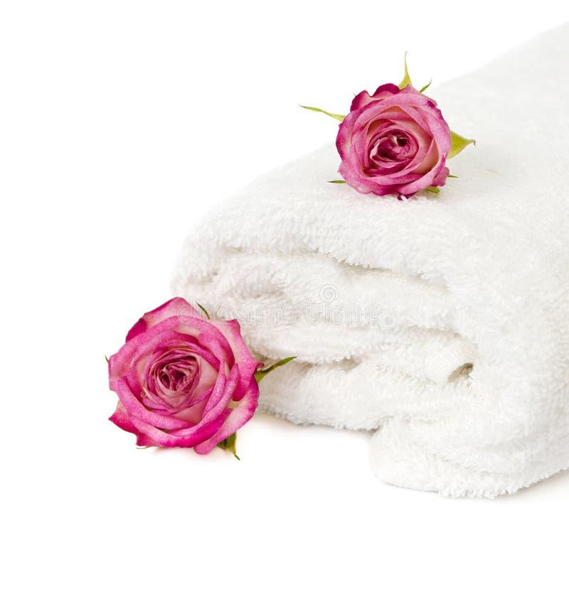 Υπόβαθρο SPA με μια πετσέτα και τα τριαντάφυλλα στοκ εικόνες