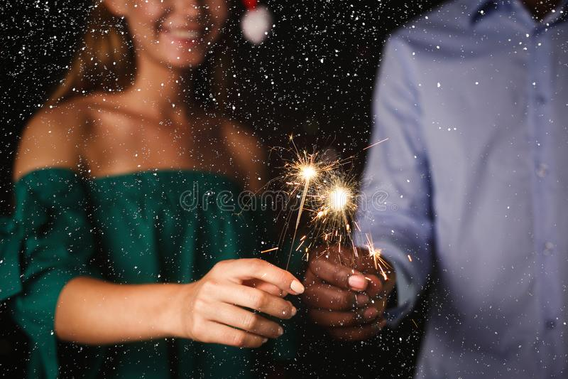 Υπόβαθρο Sparklers Καλλιεργημένος πυροβολισμός των νέων στο κόμμα εορτασμού στοκ εικόνα
