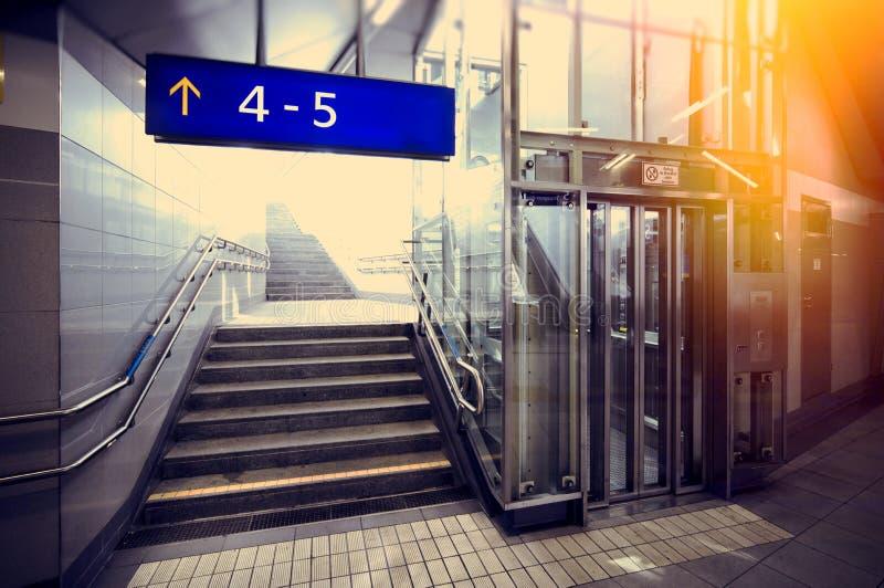 Υπόγεια μετάβαση με τα σκαλοπάτια και τον ανελκυστήρα στοκ εικόνες