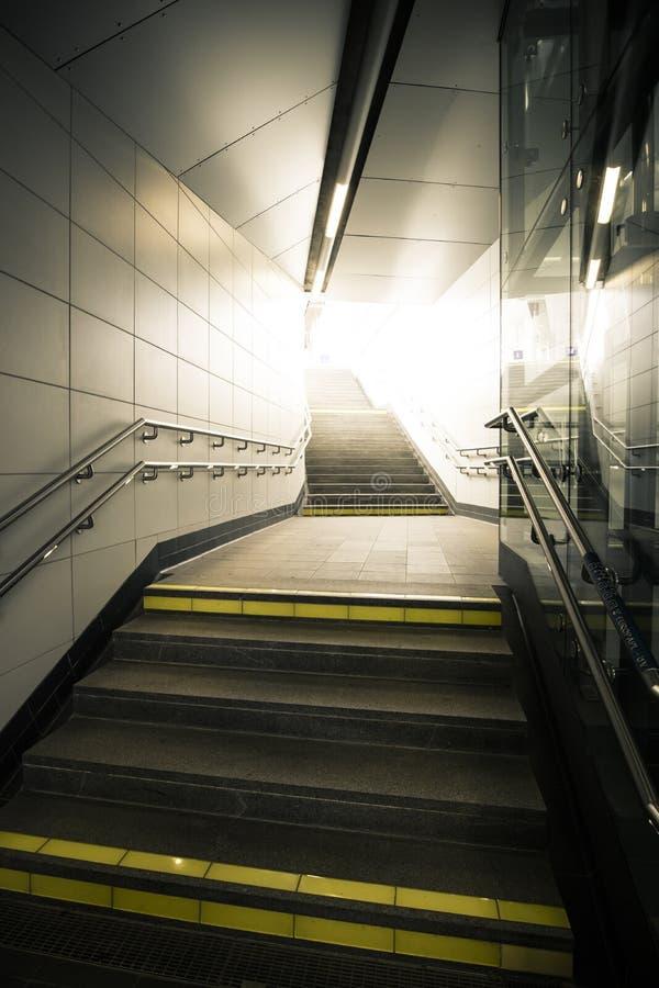 Υπόγεια μετάβαση με τα σκαλοπάτια που ανεβαίνει το φως στοκ εικόνες με δικαίωμα ελεύθερης χρήσης