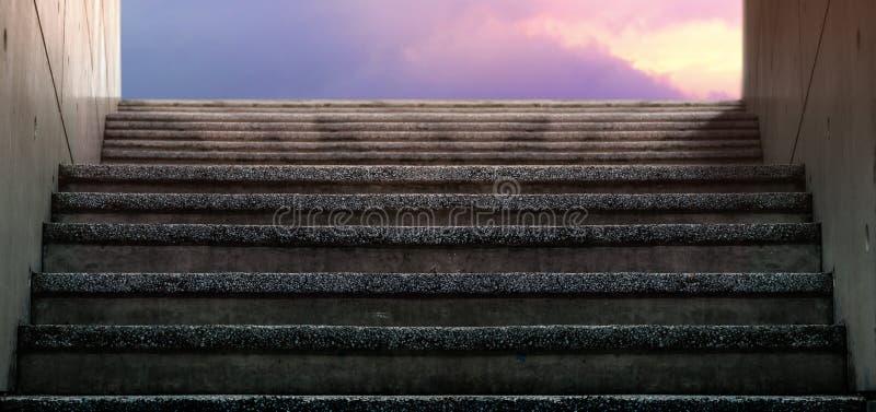 Υπόγεια σκάλα στην έξοδο ή στην είσοδο Sunset sky ως φόντο στοκ φωτογραφία με δικαίωμα ελεύθερης χρήσης
