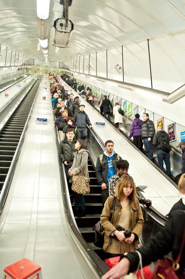 Υπόγειες κυλιόμενες σκάλες στο Λονδίνο στοκ εικόνες με δικαίωμα ελεύθερης χρήσης