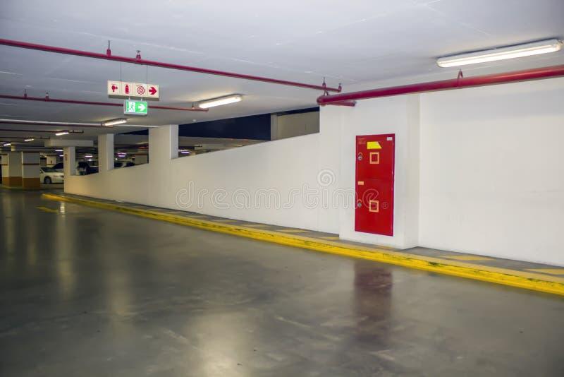 Υπόγειος χώρος στάθμευσης στο κατάστημα Καθοδηγεί για την εξάλειψη των μέσων και η έξοδος αναστέλλεται στοκ εικόνες με δικαίωμα ελεύθερης χρήσης