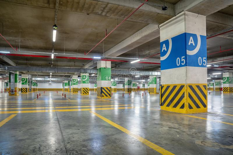 Υπόγειο γκαράζ χώρων στάθμευσης με πολλές ελεύθερες θέσεις στοκ εικόνες