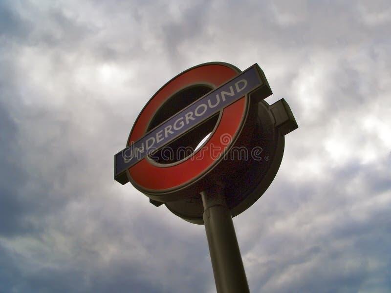 Υπόγειο σήμα του Λονδίνου κάτω από το γκρι ουρανού στοκ εικόνες