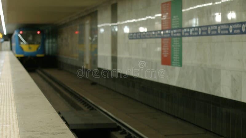 Υπόγειο τρένο που κινείται σε έναν σταθμό μετρό στοκ φωτογραφίες με δικαίωμα ελεύθερης χρήσης