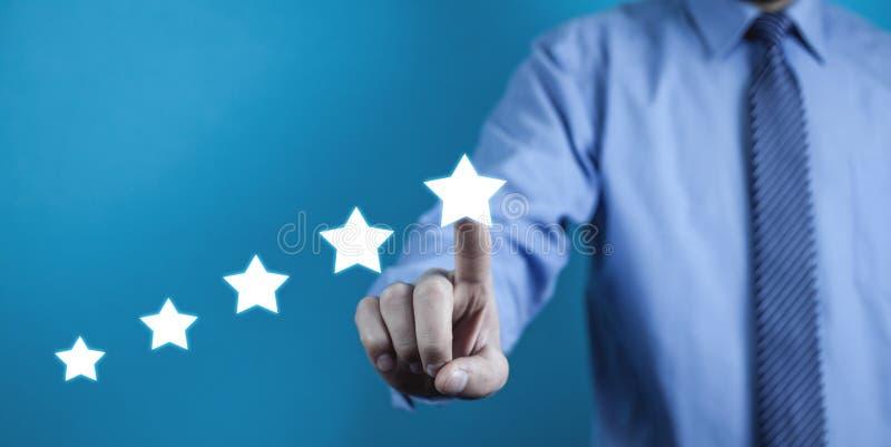 Υπόδειξη επιχειρηματιών πέντε αστέρων την εκτίμηση αύξησης Αξιολόγηση στοκ φωτογραφίες