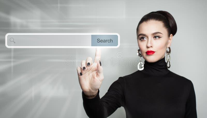 υπόδειξη της γυναίκας Θηλυκό χέρι και κενός φραγμός διευθύνσεων στοκ φωτογραφία με δικαίωμα ελεύθερης χρήσης