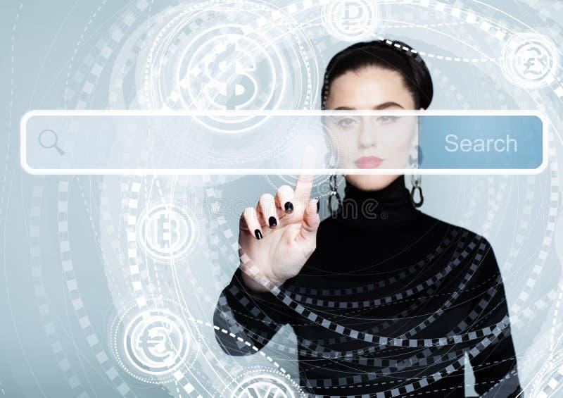 Υπόδειξη του θηλυκού χεριού με τον κενό φραγμό διευθύνσεων στην εικονική οθόνη στοκ φωτογραφίες