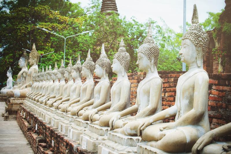 Υπόλοιπος κόσμος του άσπρου αγάλματος του Βούδα τσιμέντου με το φως του ήλιου σε Wat Yai Chai Mongkol, Si Ayutthaya, Ταϊλάνδη Phr στοκ εικόνες