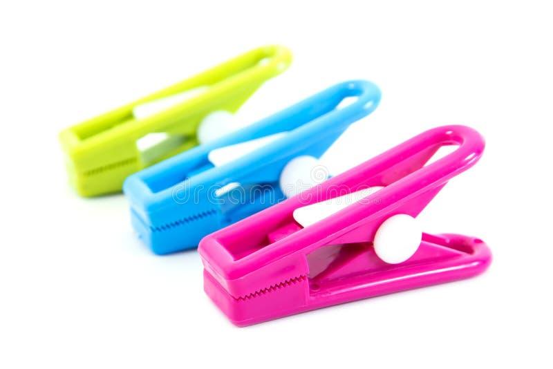 Υπόλοιπος κόσμος του ζωηρόχρωμου πλαστικού clothespins σε ένα άσπρο υπόβαθρο στοκ εικόνα με δικαίωμα ελεύθερης χρήσης