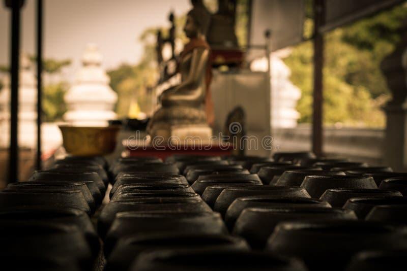 Υπόλοιπος κόσμος του κύπελλου ελεημοσυνών του μοναχού Ναός Mong khon Bophit Wat σε Ayutthaya Ταϊλάνδη ο ταξιδιώτης μπορεί να δώσε στοκ φωτογραφία με δικαίωμα ελεύθερης χρήσης