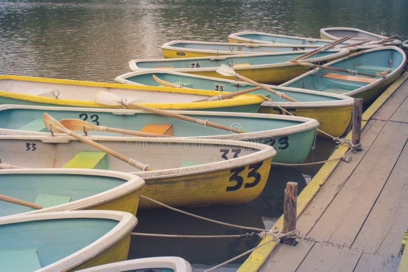 Υπόλοιπος κόσμος του ξύλινου rowboat ή sampan να επιπλεύσει στο λιμένα λιμνών σχεδόν στη νεφελώδη ημέρα στο πάρκο Koen, πόλη Naka στοκ εικόνα