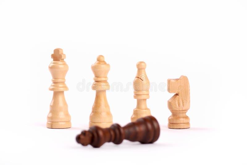 Υπόλοιπος κόσμος των άσπρων ξύλινων κομματιών σκακιού Ομαδική εργασία και συνεργασία, μαύρος βασιλιάς ηττημένων, που απομονώνεται στοκ εικόνες με δικαίωμα ελεύθερης χρήσης